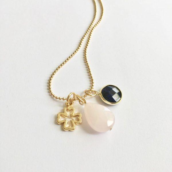 Lange ketting goud 3 bedels rozenkwarts lapis lazuli klavertje vier