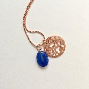 Lange ketting met blauwe natuursteen munt rosé goud
