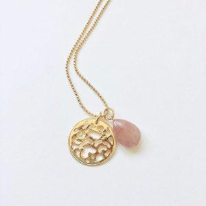 Lange ketting met donkerzalm natuursteen munt goud