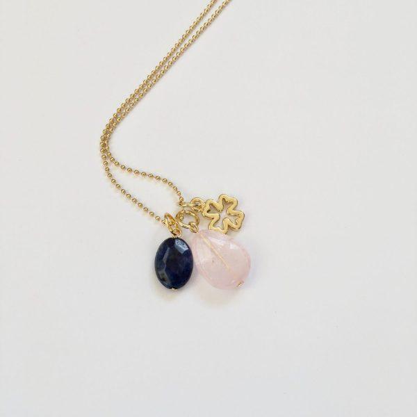 Lange ketting met edelsteen rozenkwarts lapis lazuli klavertje vier goud