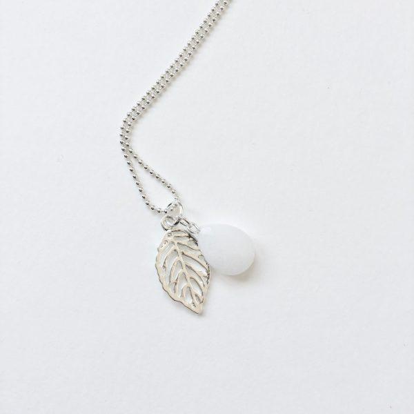 Lange ketting met edelsteen witte jade blad zilver