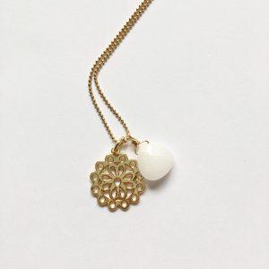 Lange ketting met edelsteen witte jade bloem goud