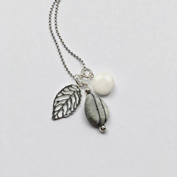 Lange ketting met edelsteen witte jade grijze natuursteen blad zilver
