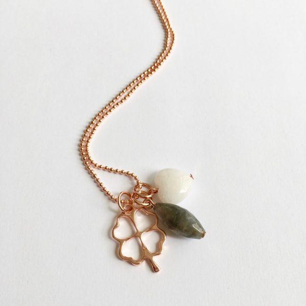 Lange ketting met edelsteen witte jade hart grijze natuursteen klavertje vier rose goud