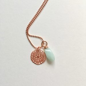 Lange ketting met gedraaide jade bloem rosé goud