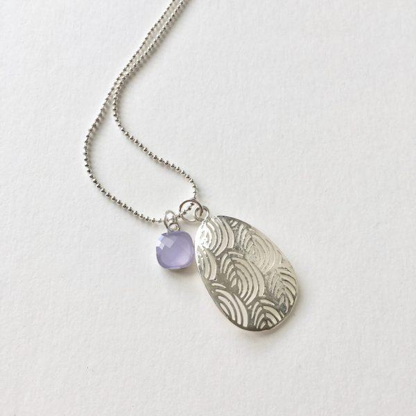 Lange ketting met lila glasbedel en ovalen hanger zilver