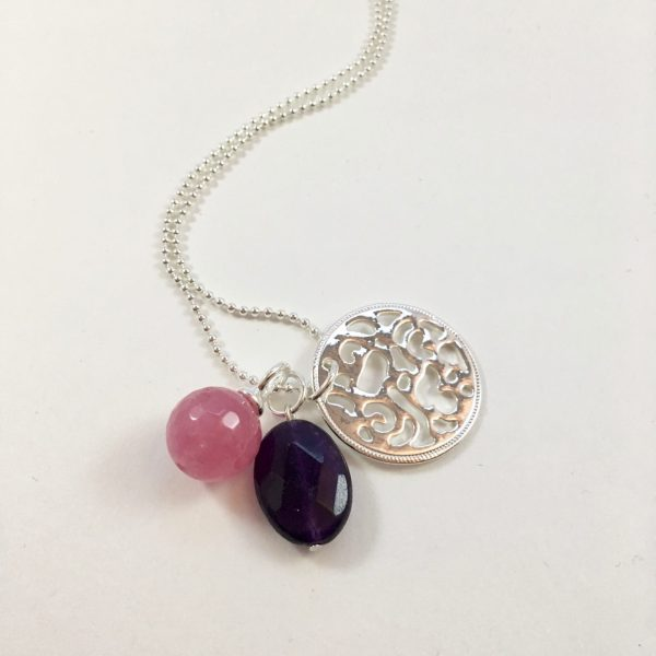 Lange ketting met munt roze bol paarse druppel zilver