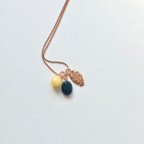Lange ketting met petrol blauwe en gele natuursteen blad hanger rosé goud