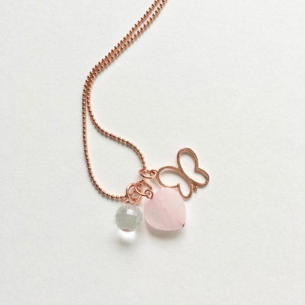 Lange ketting met rozenkwarts hart kwarts bolletje vlinder rosé goud