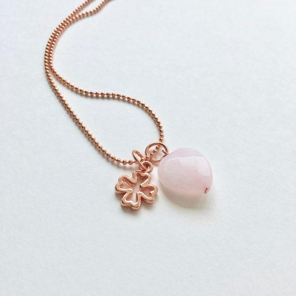 Lange ketting met rozenkwarts klavertje vier bedel rosé goudkleurig