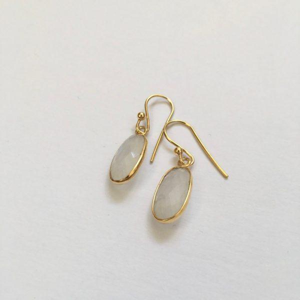 Ovalen edelsteen oorhangers rainbow moonstone 925 zilver verguld goud