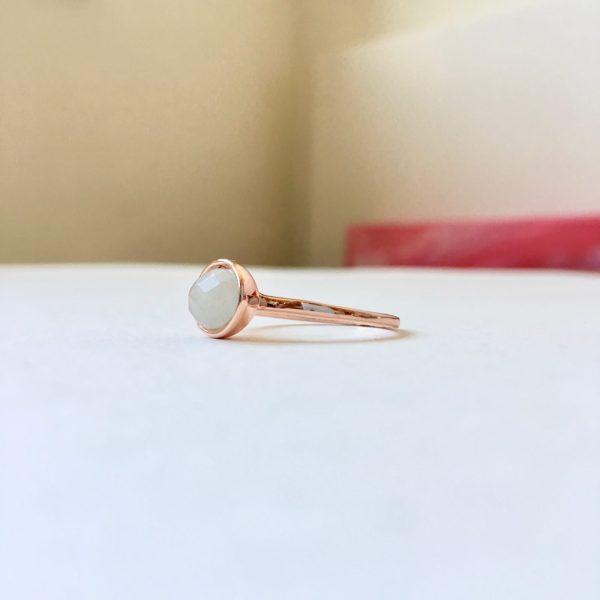 Ring met ovalen natuursteen rosé goudkleurig maat L 18 mm