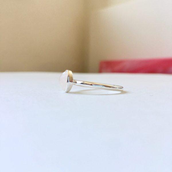 Ring met ronde rozenkwarts zilverkleurig maat L 18 mm