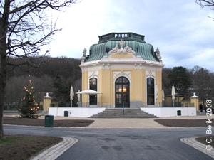 Der Kaiserpavillon mit beleuchtetem Christbaum (links vorne), 2. Dez 2008