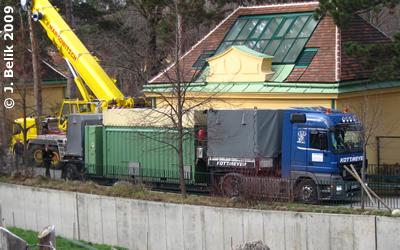 Pünktlich zur vereinbarten Zeit ist der Tieflader in Schönbrunn eingetroffen, 2. Dezember 2009
