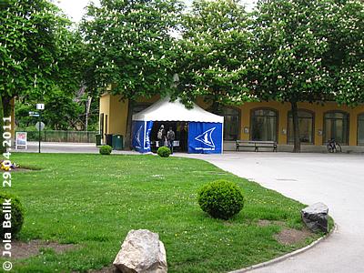 Das Info-Zelt, dahinter sind die Küken untergebracht, 29. April 2011