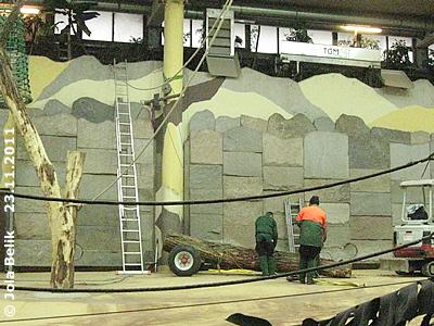 DIeser Baumstamm soll neben der Säule auf dem Metallgestell an der Wand montiert werden, 23. November 2011