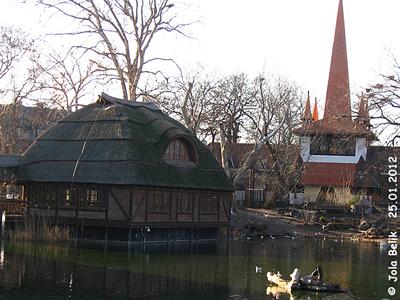 Krokodilhaus beim großen Teich, rechts im Hintergrund das Australien-Haus, Zoo Budapest, 25. Jänner 2012