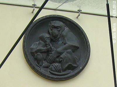 Kupfertreibarbeit von xx d.Ä., Eingang Affenhaus, 4. Mai 2012
