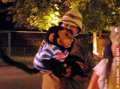Ein Bauchredner und sein Schimpanse beim Affenhaus, 6. Juli 2012