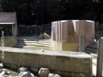 Blick auf das Badebecken mit Haus und dem hinteren Eingang von der Besucherabsperrung aus, 8. Juli 2016