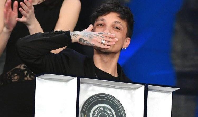 Sanremo 68, Ultimo vince tra i giovani. Quarta serata con i duetti dei big