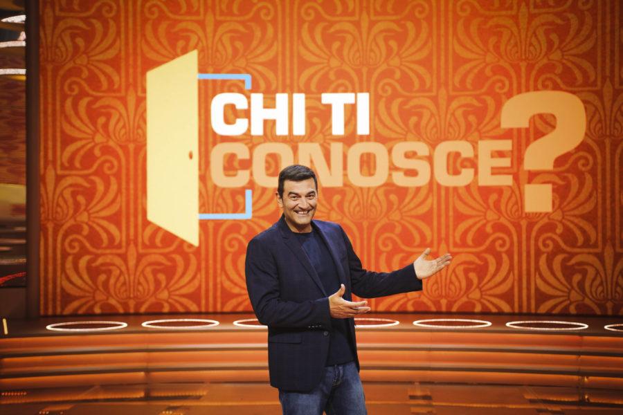 """Da domani sul Nove """"Chi ti conosce?"""", il nuovo game show condotto da Max Giusti"""