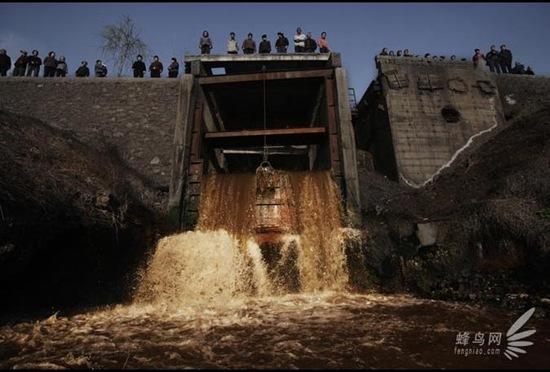 scorie-impianto-siderurgico-cina-fiume-Anyang-senza-nessuna-depurazione