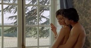 Nastassja Kinski nude topless - Maladie d'amour (FR-1987)