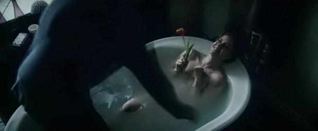 Amy Adams hot boobs in the tube - Batman v Superman Dawn of Justice (2016) 720 (5)