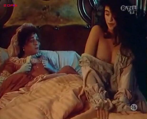 Penélope Cruz nude, Itziar Álvarez and Marina Martinez Andina nude bush - Serie rose - Elle et Loui (FR-1986) (10)