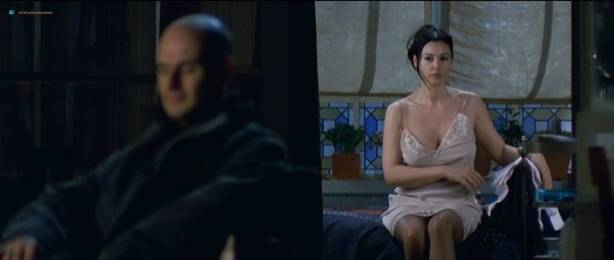 Monica Bellucci nude topless - Combien tu m'aimes? (FR-2005) HDTV 720p (13)