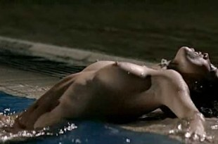 Juana Acosta nude wet and hot sex in the pool, María Reyes Arias hot – A golpes (ES-2005)