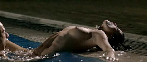 Juana Acosta nude wet and hot sex in the pool, María Reyes Arias hot - A golpes (ES-2005) (16)