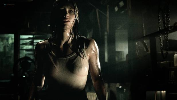 Jessica Biel hot see throuh - The Texas Chainsaw Massacre (2003) HD 1080p BluRay (13)