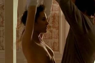 Virginie Ledoyen nude topless and very cute – En Plein Couer (FR-1998)