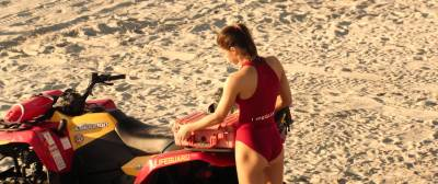 Alexandra Daddario hot busty Kelly Rohrbach hot cleavages other's sexy - Baywatch (2017) HD 1080p (10)
