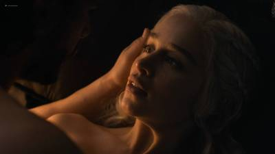 Emilia Clarke nude nip slip in brief sex scene - Game of Thrones (2017) s7e7 HD 1080p (3)