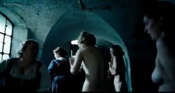 Emma Stone nude topless - The Favorite (2018) DVDScr (10)