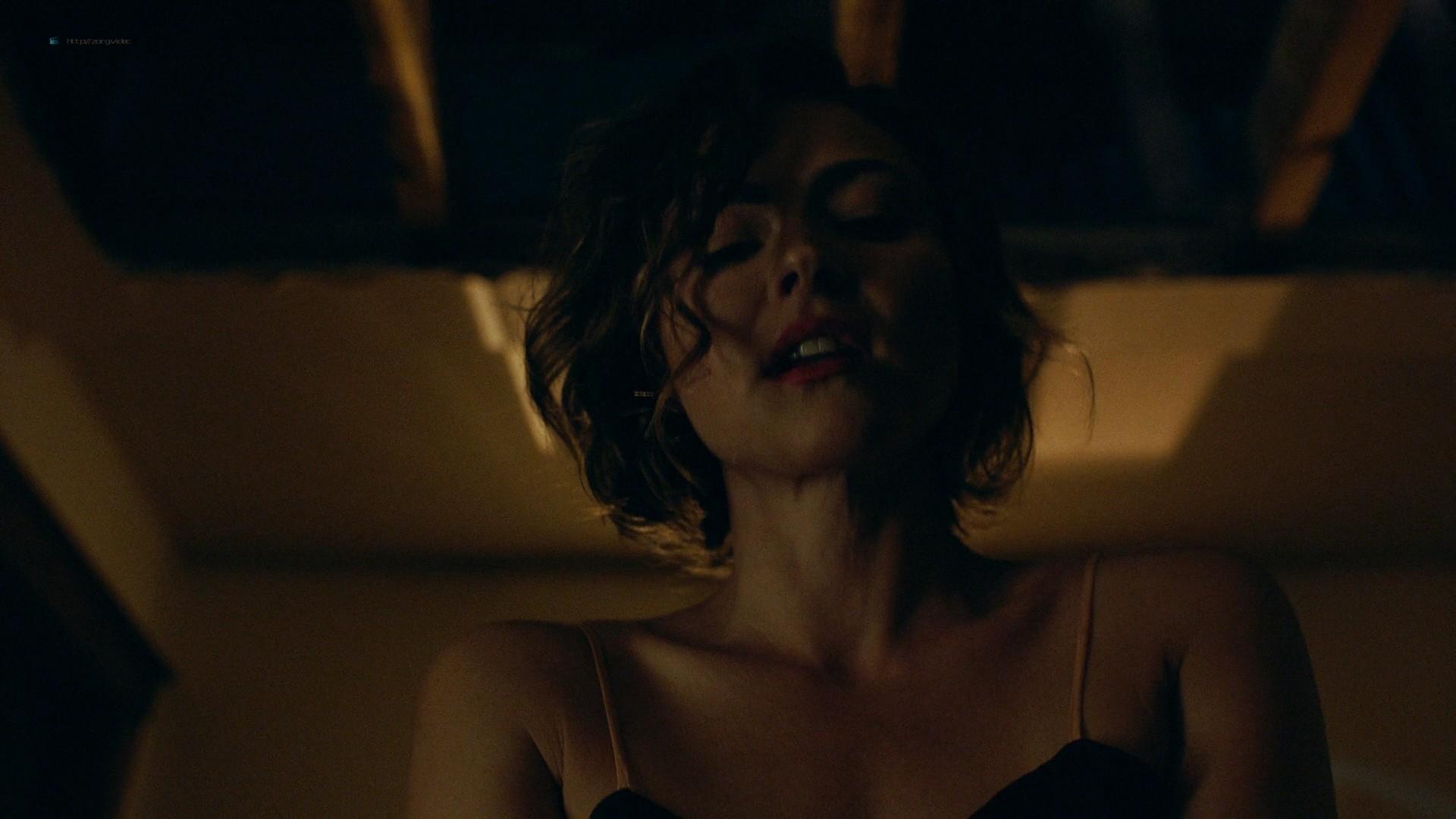 Trieste Kelly Dunn hot and Sarah Brooks nude sideboob - Girl on the Third Floor (2019) 1080 Web (13)