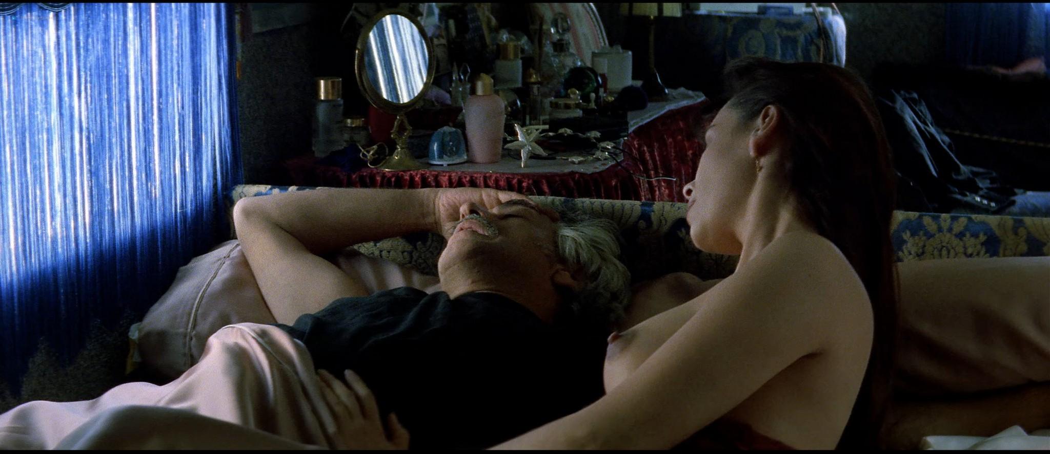 Mathilda May nude topless and sex - La teta y la luna (ES-1994) HD 1080p BluRay REMUX (15)