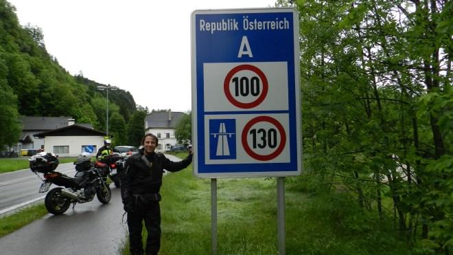 Flávio Faria, próximo à fronteira entre a Áustria e a Alemanha, mostra a diferença de limites de velocidade entre os dois países.