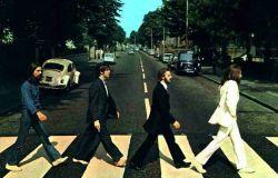 Beatles atravessando a Abbey Road destaque