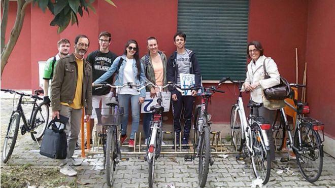 Alunos pedalam em Aprillia, na Itália