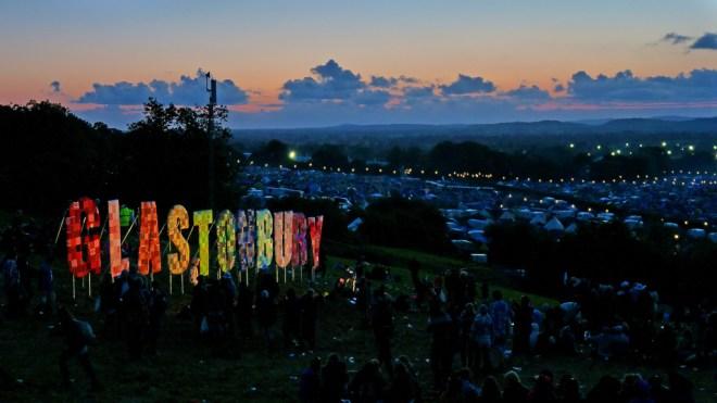 Cerca de 200 mil pessoas participam de cada dia do Glastonbury, o maior festival de música do Reino Unido