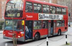 O ônibus de dois andares de Londres. Políticos podem usar transporte público de graça na capital inglesa, mas não têm direito a carros oficiais nem motoristas | Foto: Oxyman/CC