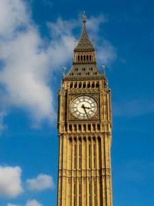 O Big Ben emoldurado pelo belo céu azul | Foto: Freepik.com
