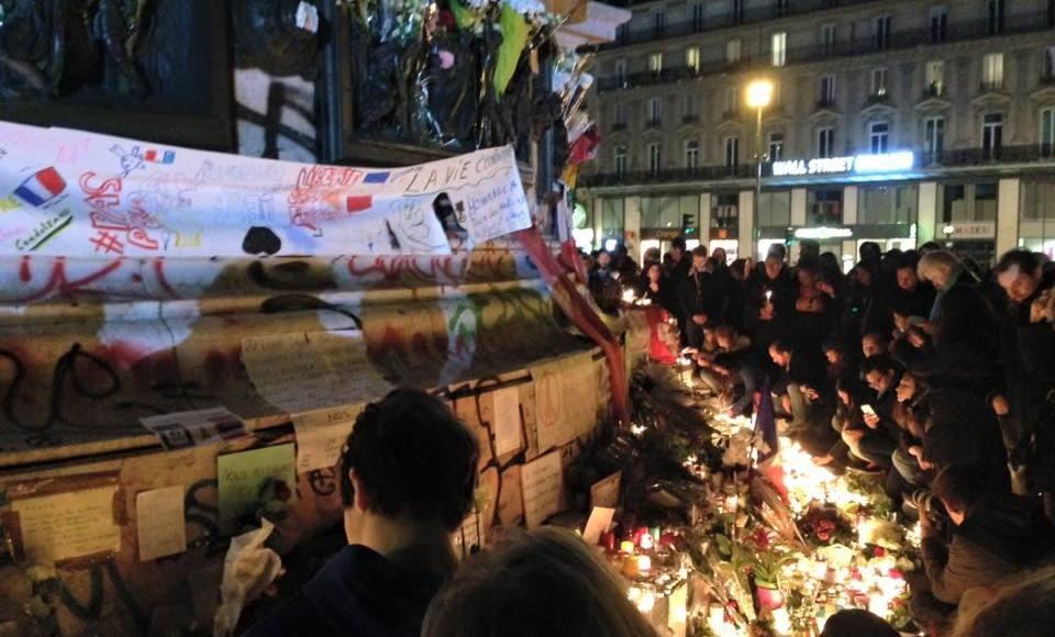 Na Place de la Republique, parisienses prestam homenagem àsvítimas do ataque terroristaocorrido naúltima sexta-feira 13 | Foto: Soraia Hoffmann