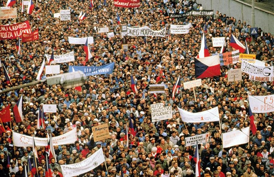 Manifestantes reunidos em uma das muitas manifestações ocorridas em Praga na Revolução de Veludo