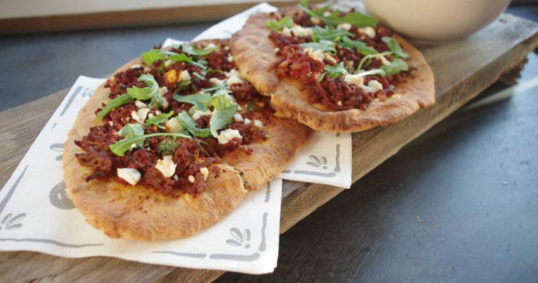 Naanpizza met gehakt, feta en rucola
